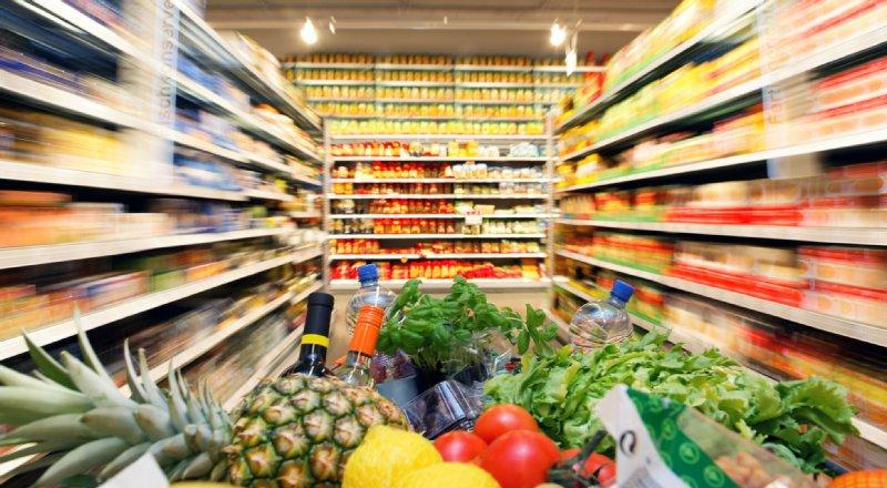 スーパー陳列されているさまざまな商品