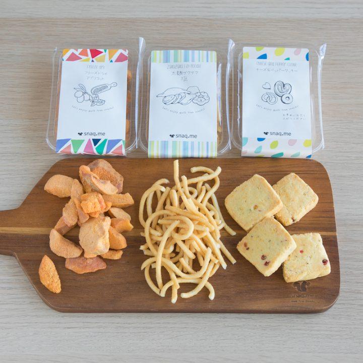 「snaq.me」のスタンダードボックスから、木の皿に出したお菓子3種