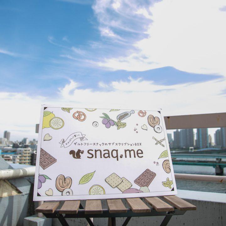 屋外で椅子の上に置いた「snaq.me」のロゴパネル