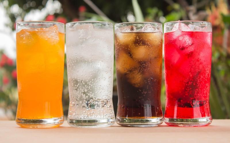 グラスに注がれた炭酸飲料4つ