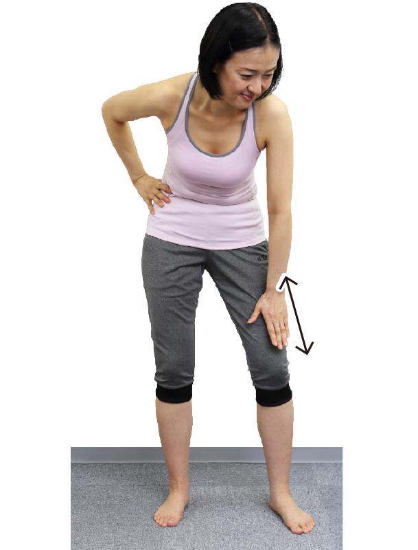 トレーニングウエア姿の女性が左手の親指の付け根で上下に5回こする