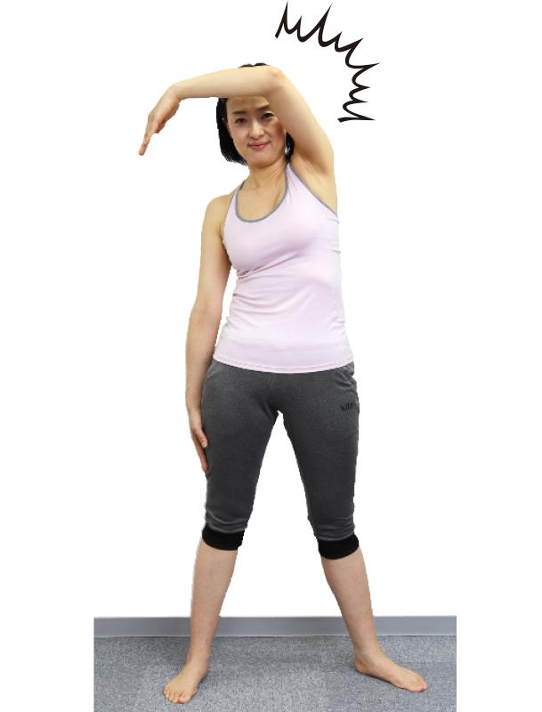 トレーニングウエア姿の女性が上半身を右斜め前に倒しているが腕しか動いていない