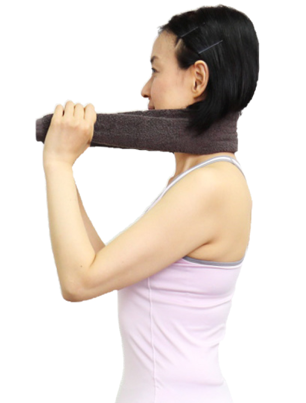 トレーニングウエア姿の女性が首の後ろにフェイスタオルをかけて両端を持つ