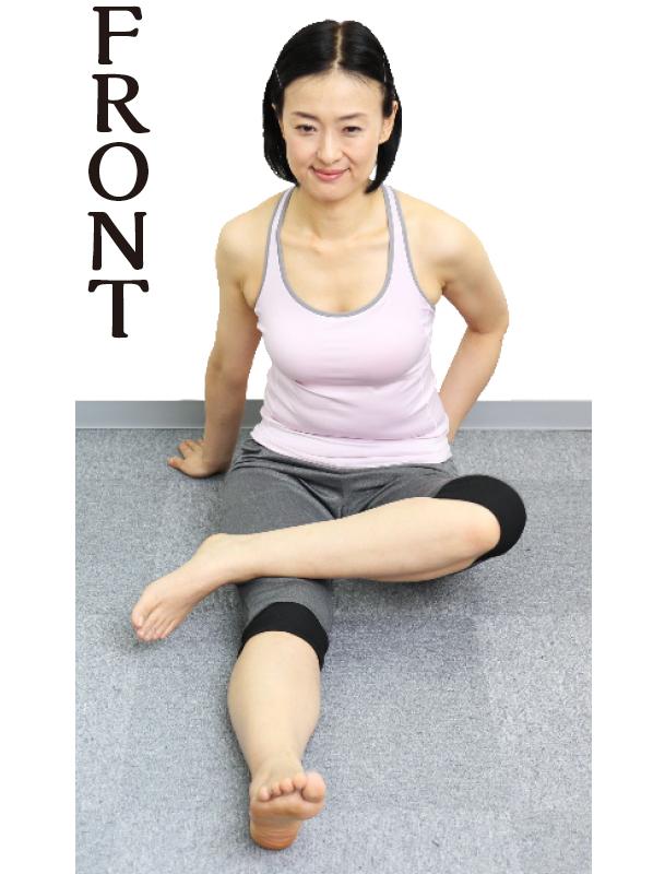 トレーニングウエア姿の女性が右手を床に置き、右ひざの上側に左足をのせる。お尻の左上部分の筋肉を左手の親指の付け根で上下にこする