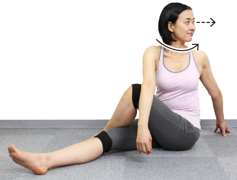 トレーニングウエア姿の女性がふぅーっと息を吐きながら、さらに、目線を左にスーッと向ける。