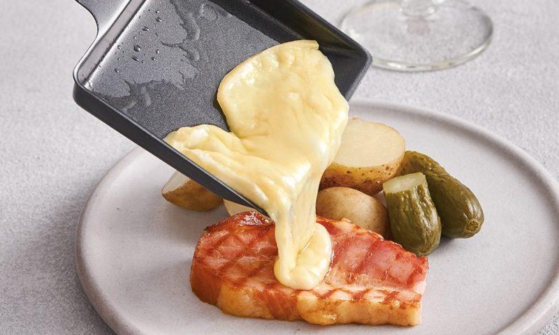 お肉にラクレットチーズをかけている様子