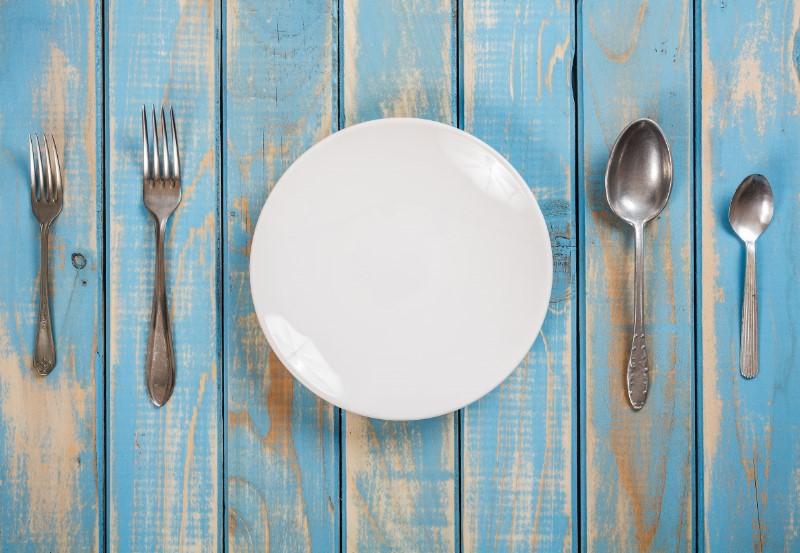 何も盛りつけされていないお皿とその左右にスプーンとフォーク