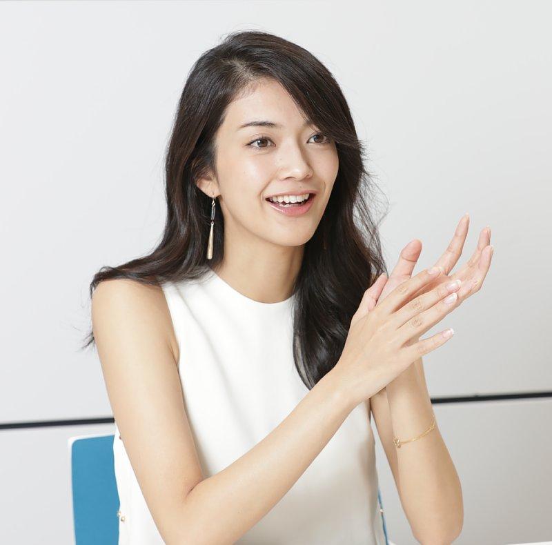 座って話をする田中道子