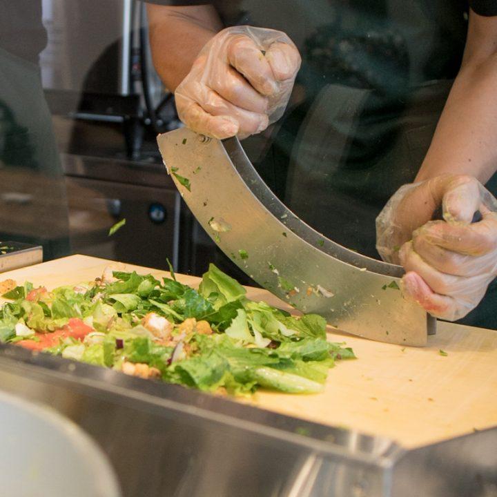 「CRISP SALAD WORKS」店内で専用のカッターで刻まれる野菜