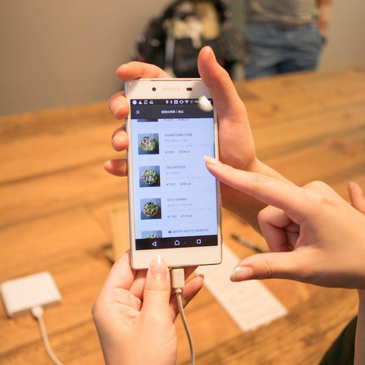 「CRISP SALAD WORKS」アプリのスマートフォンの画面アップ