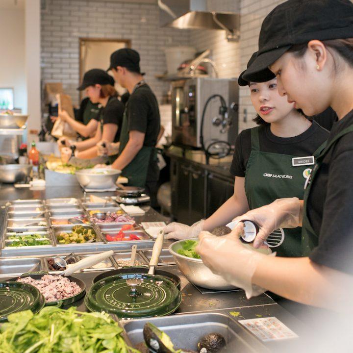 「CRISP SALAD WORKS」の店内でサラダを作るスタッフたち