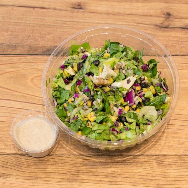 紫キャベツやナッツの入った「CRISP SALAD WORKS」のサラダと白いドレッシング