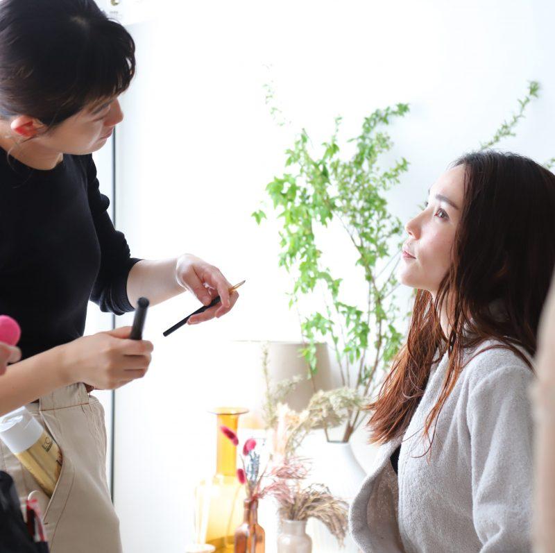 ワコールのウイング「Date.(デイト)」の新商品「シンクロブラ」のCM撮影中にメイクをしてもらう平野ノラ