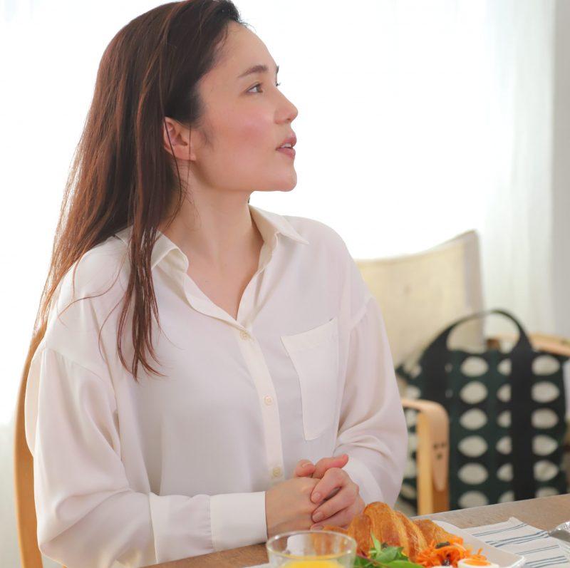 ワコールのウイング「Date.(デイト)」の新商品「シンクロブラ」を身に着け、その上に白シャツを着た平野ノラ