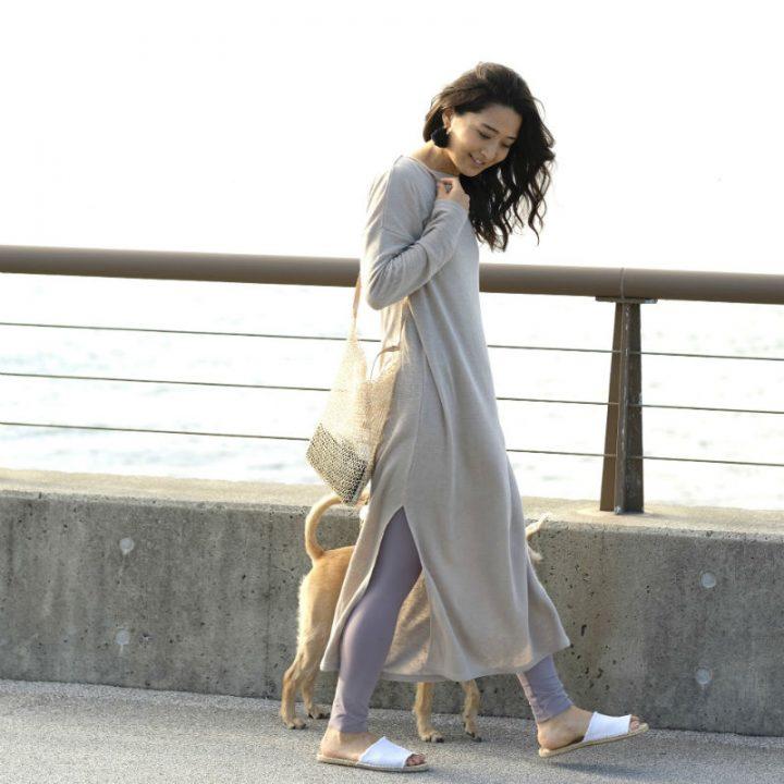 ロングワンピース姿で犬を連れて歩く女性