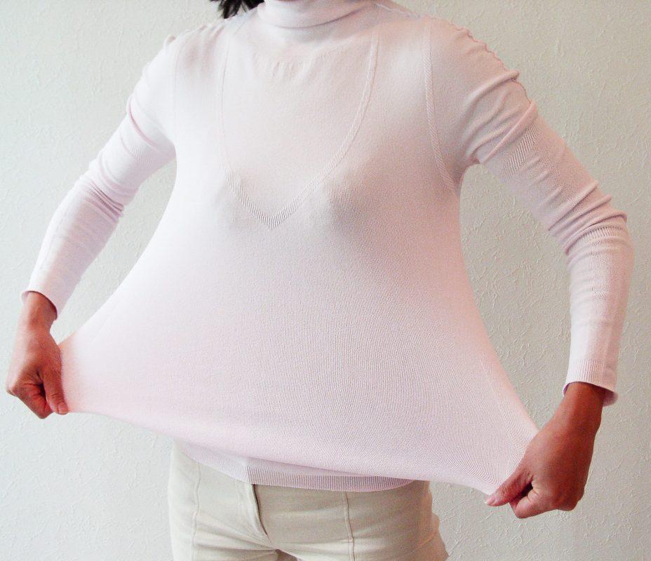 「サラリフィットスポーツインナー」着用し、生地を両手で伸ばしている女性