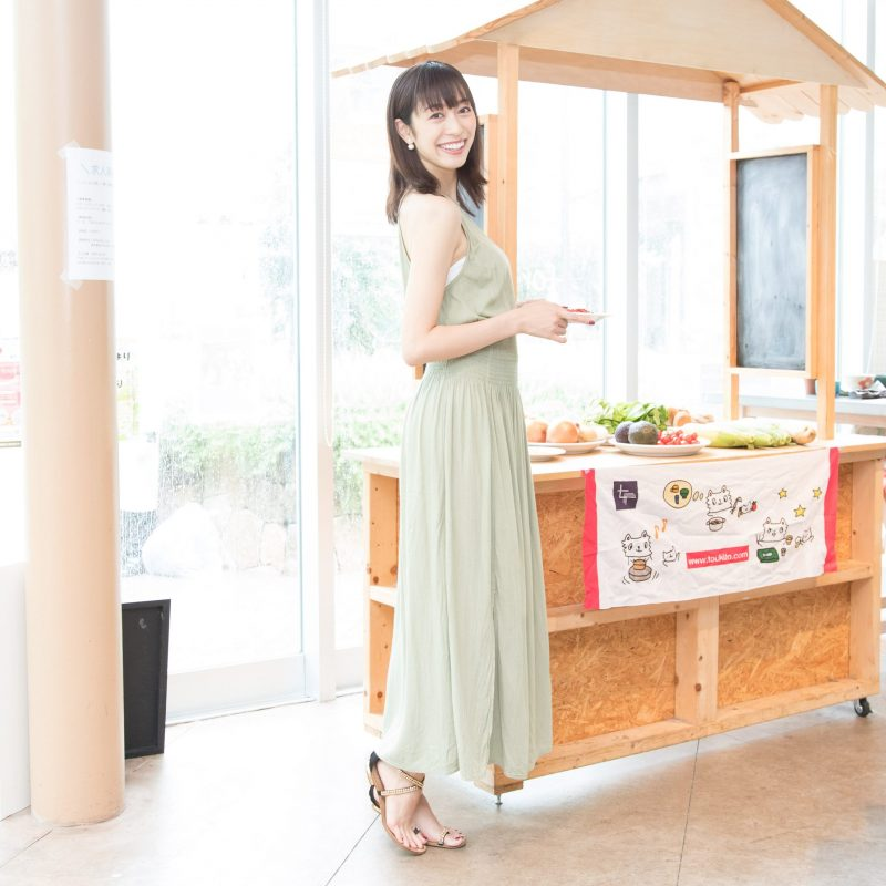 モデルで美容薬膳家の熊澤枝里子さんの全身