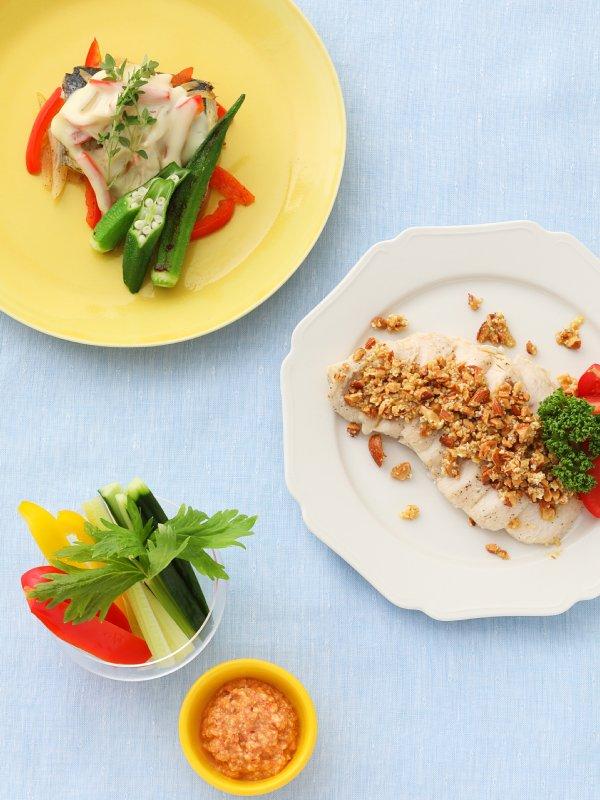 さばのチーズ焼きオクラ添え、生野菜スティックの豆腐ディップ、蒸し鶏のアーモンドソースがけ