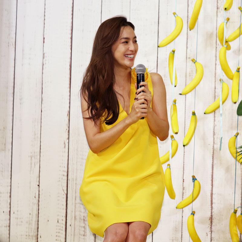 黄色いワンピースでマイクを持って話す中村アン