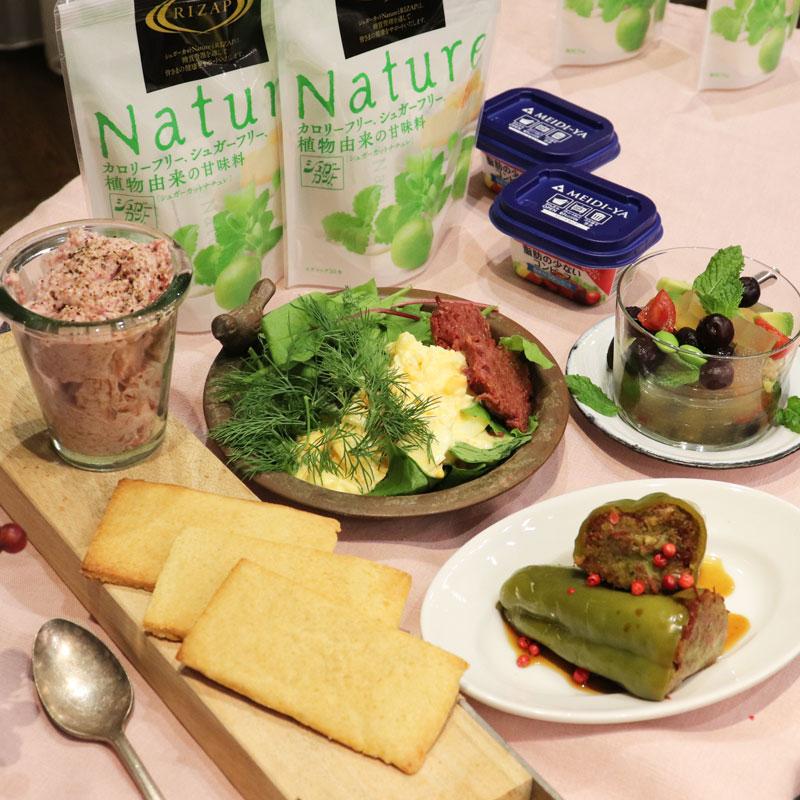 浅田飴『シュガーカット』と明治屋『コンビーフスマートカップ』、それを使った料理が並べられている