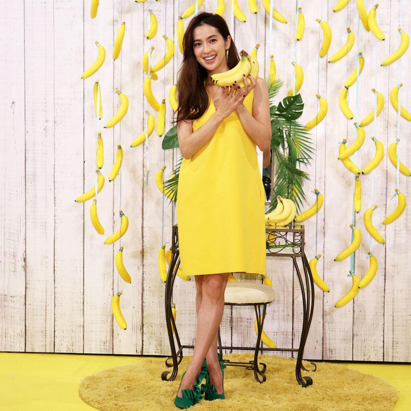 黄色いワンピースでバナナを持つ中村アンの全身