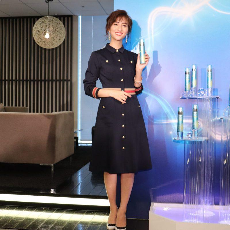 「SOFINA iP ベースケアエッセンス(土台美容液)」を持つ堀田茜