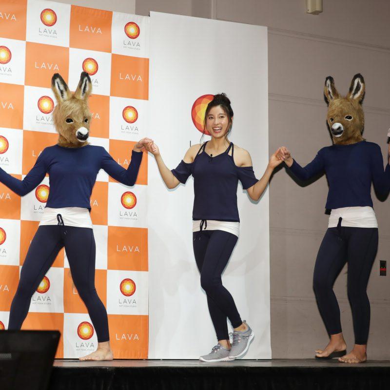 LAVA新ブランディング・CM発表会に馬のかぶりものを着た女性たちと登壇した土屋太鳳