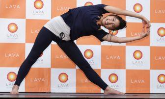 土屋太鳳、美スタイル際立つヨガウエア姿で「美脚効果ある」ヨガポーズ披露