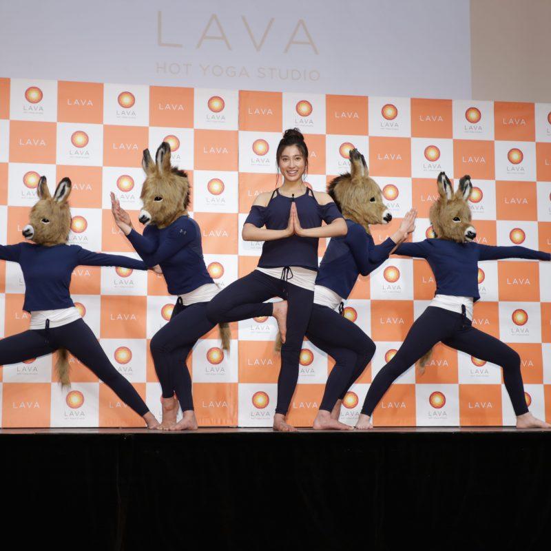 LAVA新ブランディング・CM発表会に登壇し、ヨガのポーズを披露する土屋太鳳