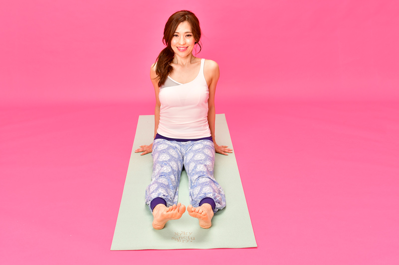 脚を伸ばして座り、足首を曲げ、かかとをグッと突き出している状態で、足を内回しする