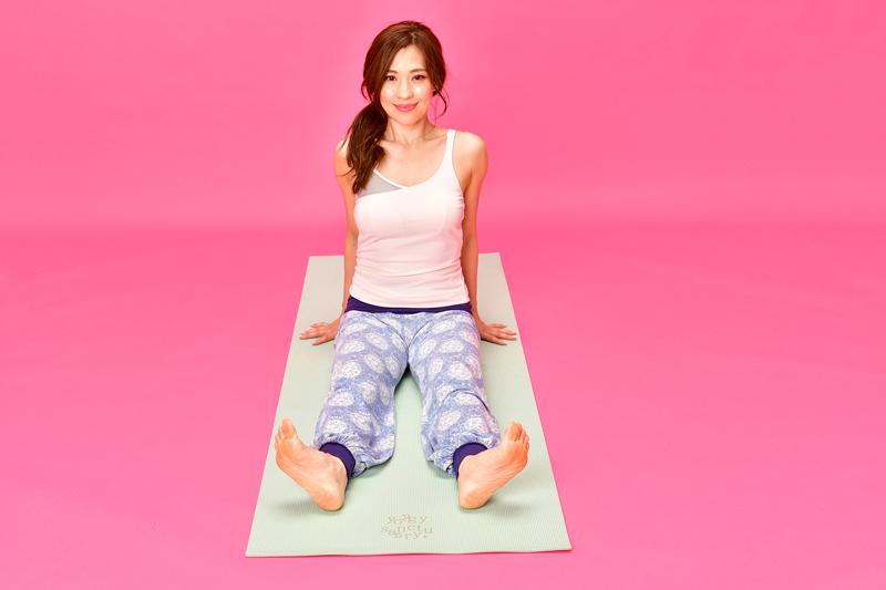 脚を伸ばして座り、足首を曲げ、かかとをグッと突き出している状態で脚を回す