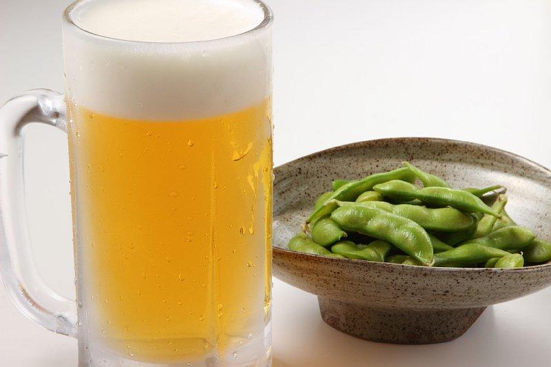 ジョッキに入った生ビールと枝豆