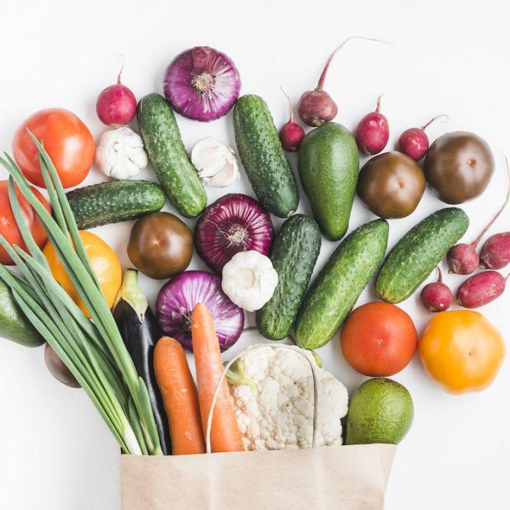 紙袋から飛び出す野菜たち