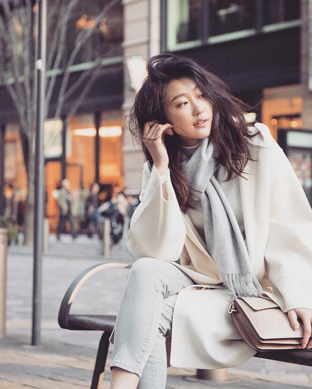 街中でポーズをとるモデル・倉橋沙由梨さん