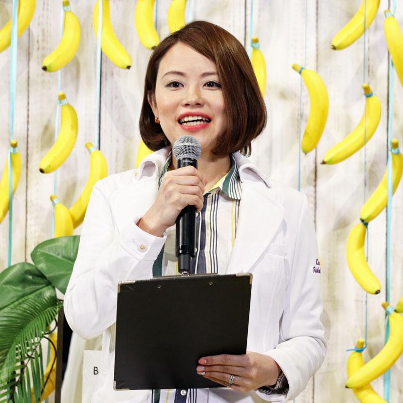 マイクで話す管理栄養士の望月理恵子さん