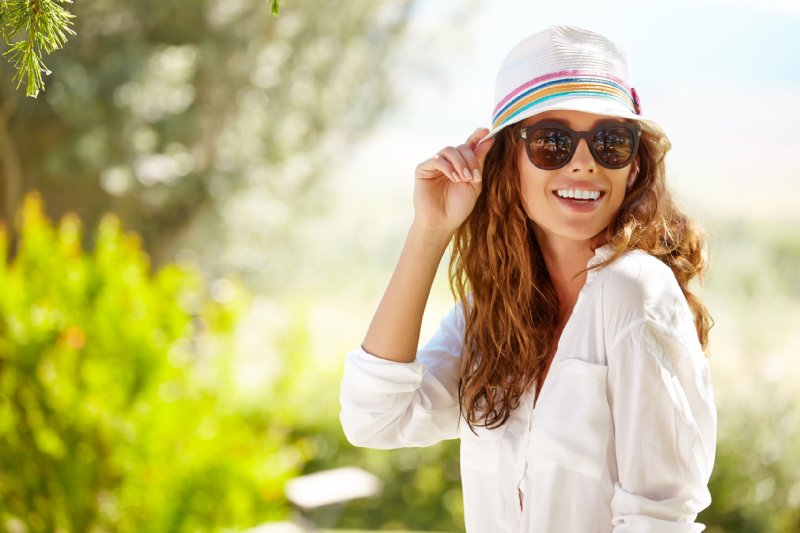 帽子とサングラスで紫外線対策をする女性