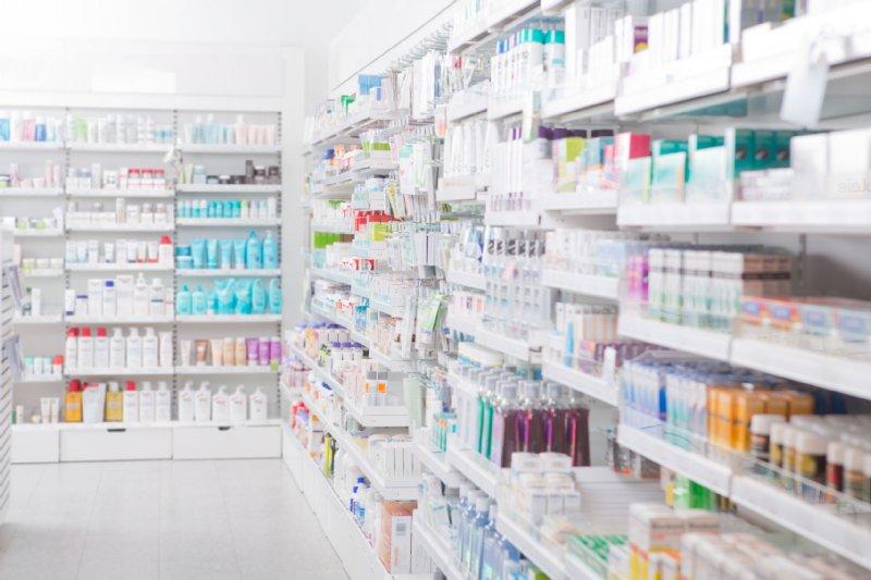 薬が並ぶ薬局の中