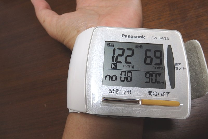 血圧計に腕を入れている