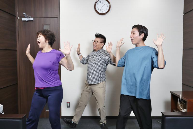ヒロシ体操をするオバ記者こと野原広子、生島ヒロシ、生島翔