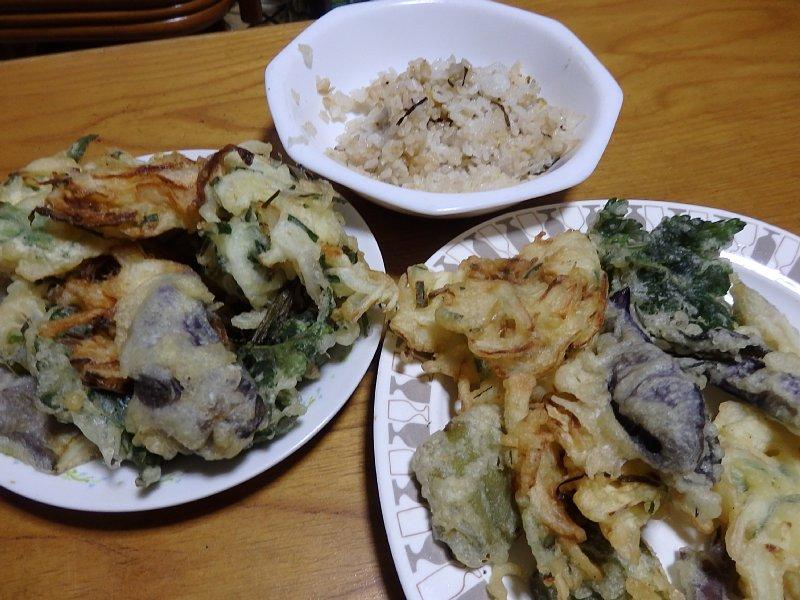 テーブルに並んだ天ぷら