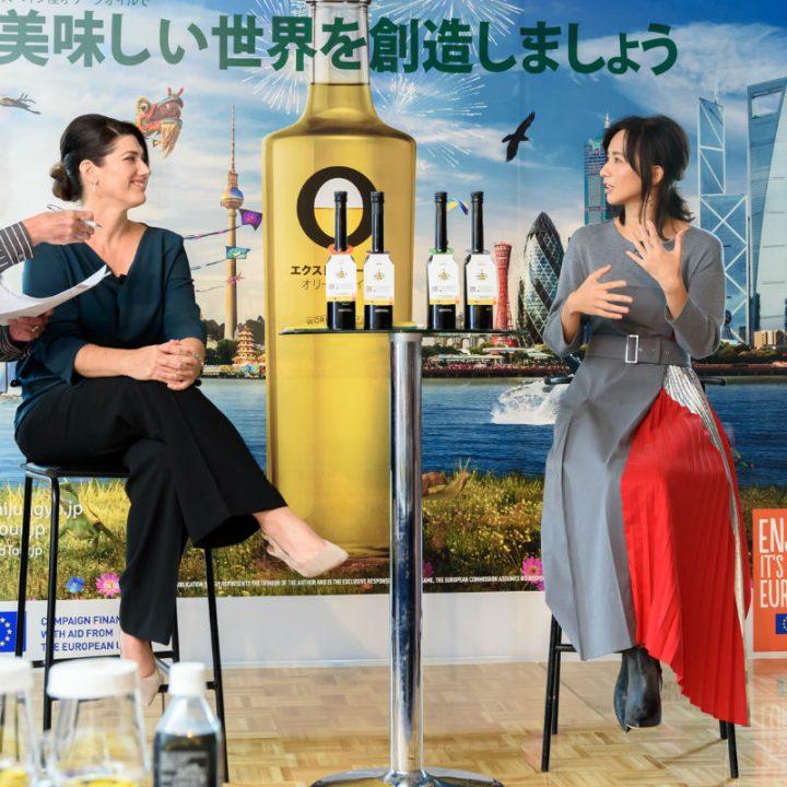 トークセッション中のテレサ・ペレスさんと優木まおみさん