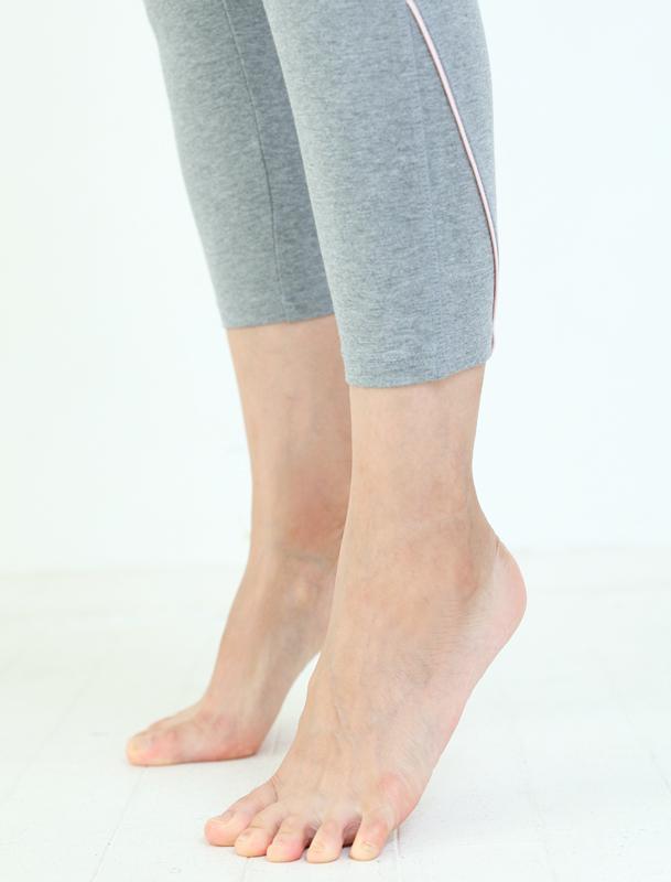 つま先立ちをしている女性の足