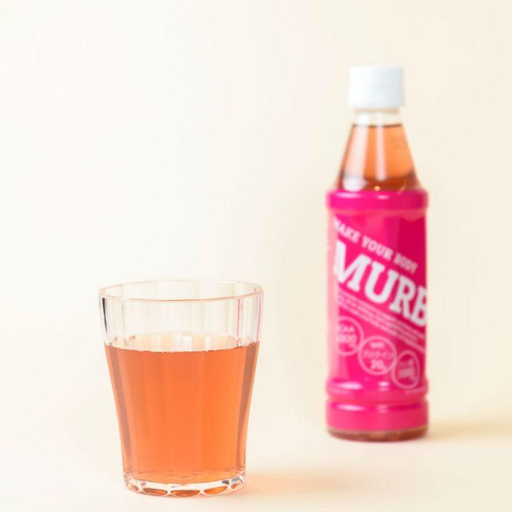 グラスに入った「MARB」とその後方に置かれたペットボトル