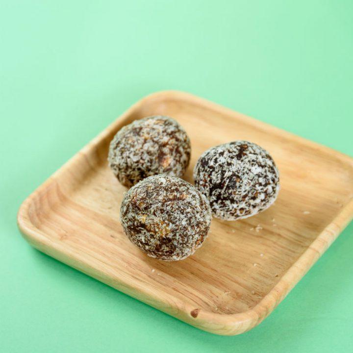 ココナッツに包まれた黒いボール状のピュラボン各味