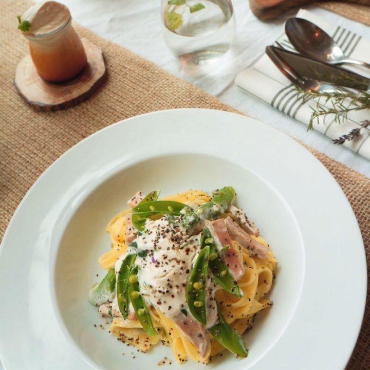 白い皿に盛られた「ボタニカル カルボナーラ」