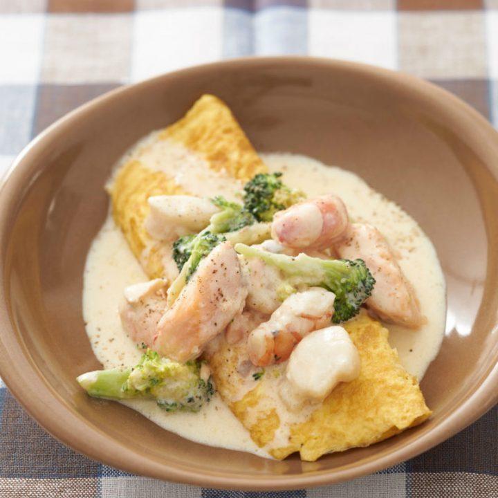 『卵やせ』にレシピが掲載されている「魚介のクリーム煮込みwithオムレツ」