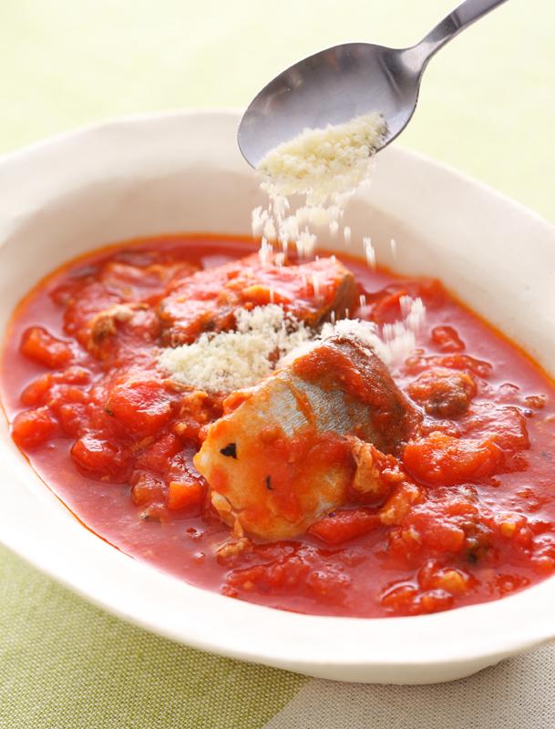お皿に盛り付けたさばのトマト煮