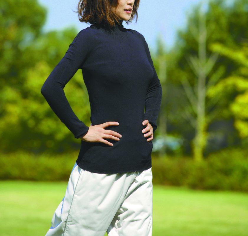 「サラリフィットスポーツインナー」を着用している女性