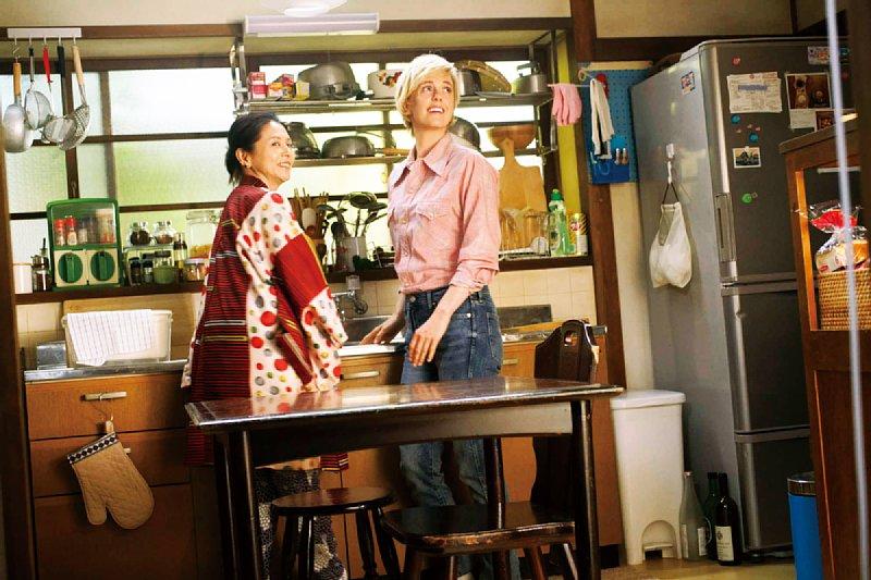 『食べる女』のシーン。小泉今日子とシャーロット・ケイト・フォックス