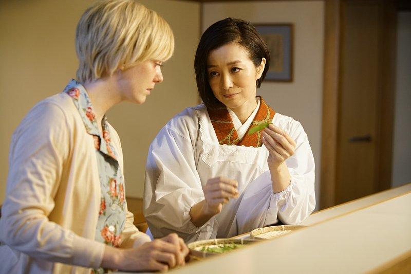 『食べる女』のシーン。シャーロット・ケイト・フォックスと鈴木京香